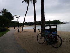 島の南側に広がる砂浜沿いの平坦路を、東へ、東へ。 自転車に乗っている人は居ませんが、 セグウェイのツアーなんかあったりして、観光客は多い感じ。