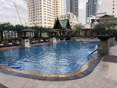 ジムの横にはプールがあったので、そのままプールへ。 バンコクの中心街にある割にはなかなかの広さ。きれいだったが水が結構冷たかった。 なので、プールサイドでのんびり。
