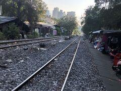 朝食はついていなので近くを散策。 パヤタイ駅周辺は、バンコクの中心街の割にはあまり店がない。  こちらは、パヤタイ駅の国鉄の線路。 見ての通り、線路の両脇には家が点在する。