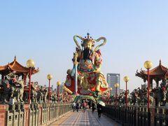 玄天上帝が見えてきました。 橋を渡って、玄天上帝に行ってみます。 玄天上帝は道教で北方を司る霊獣・玄武が擬人化された神様です。