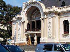 市民劇場(オペラハウス)の前を通ります。 外国人観光客を乗せたシクロがたくさんいました。