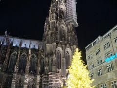 20時前、ケルンに戻ってきました。 駅前には大きなクリスマスツリー、その後ろに大聖堂がそびえています。