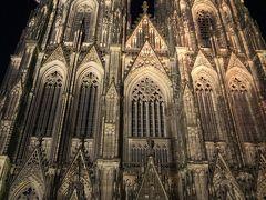 ライトアップの大聖堂を正面から。 大きすぎてカメラに収まらな~い。