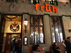 """お目当ては、広場近くのレストラン""""フリュー""""。 あぁ、混んでいます。 考えが甘かった…。"""