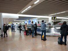 荷物を預けた後はそんなに時間がかかることなく、日本人の国際線の感覚からしたらびっくりだけど、普通にオンタイムで飛行機は飛びました(国内線みたいなものだけどね)。  ベルリン→ブリュッセル はあっという間。これだからヨーロッパの移動はすごいよなぁ。こういうときにつくづく、「外国に行く」という感覚が生まれながらにもう全然違うということを考えます。日本が良い悪いということではなく。  荷物が出てくるまでに中央駅への行き方を調べてきっぷを買う。今日も今日とて、全然事前に調べてないw
