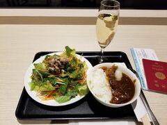 本日は仕事が終わり、職場から羽田空港に直行。 チェックイン後、JALのラウンジに案内されました。 JALのラウンジは改装中のため、かなりの混雑でした。 とりあえずカレーをちょっと食べておきます。