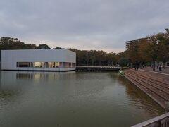駅から公園通りを歩いて北上すると、まず中央公園の中に吸い込まれます。図書館や美術館もあって、文化・芸術の中心地といったところ。  市民ギャラリーは、水面に浮いているかのようです。