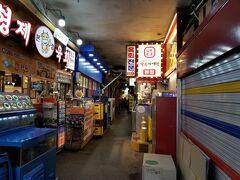 ソウル駅から地下鉄1号線に乗り、ジョンノ5ガで下車。クァンジャン市場に行きます。
