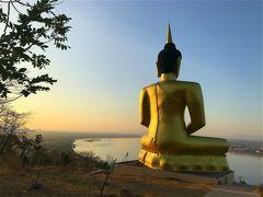 お釈迦様の裏側へ回ってみると、 メコン川を眺めながら瞑想されているように見えます。