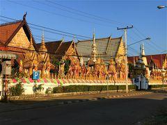 ワット・ルアンへ戻ってきました。 入口近くのストゥーパには王族の位牌が収められているとか。 ベトナム戦争後の1975年12月に王制は廃止されています。