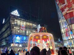 北京朝陽区にあるバーやショップ、レストラン、カフェがならぶ複合商業施設 中国トレンドの街、三里屯太古里に来ました。  SOHO、有名ブランド店やユニクロ店舗もあり 観覧車もあります。