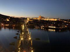 夕暮れ時のカレル橋 カレル橋は両側に塔があり、上からの景色を見ることができます。 プラハ城を見るために旧市街側の塔に登りました。
