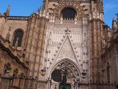 セビーリャ:3日目 朝一番でカテドラルの予約!  『後世の人々が我々を正気の沙汰でははいと思うほど巨大な聖堂を立てよう』  Hamamos una iglesia tan hermosa y tan grandiosa que los que la vieren labrada nos tengan por locos  と1401年に開かれた教会参事会の決定により、狡くの跡地に建設を開始  その通り、本当に巨大でびっくり!
