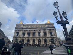 着きました、オペラ座。 何度見ても、神々しい。 年末年始にパリにきた方いわく、オペラ座のショップはストの影響でCloseだったらしいのですが、この日は開いてました。