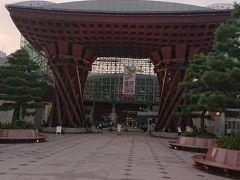 金沢駅 駅前広場の巨大な赤門が目印です。