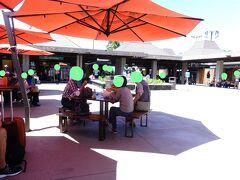 コナ空港の搭乗待合室。ローカル色いっぱい。 亀のキャンドルライトと黒いハワイアンソルトを買った。