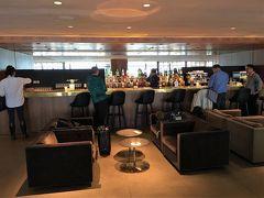 【 The Pier, Business (CX Lounge) / HKIA 】  乗継時間を利用して,「ザ・ピア」ビジネスクラスラウンジへ。65番ゲート付近にあります。
