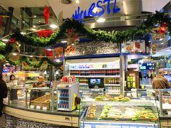 ミュンヘン駅のフードエリアで朝食を探します。 プレッツェルなどのドイツパンやサンドウィッチがたくさん並んでいます。