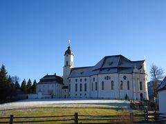 ノイシュバインシュタイン城を後にし、世界遺産のヴィース教会を見学しました。 草原のなかにポツンと建っており、シンプルな外観です。