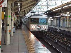 ご要望にお応えします。  国鉄185系特急型電車。昨年8月に乗り納めしたんじゃなかったっけ? まさかまた乗れるとは。  東京9時ちょうど発、特急踊り子105号。伊豆急下田、修善寺ゆき。 堂々の15両編成で入線です。 いいねえ、やっぱり。  でも京都へ行くんだよね??