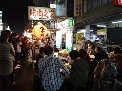 美麗島駅に戻って、ホテル前の通りにある六合夜市へ。