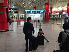 あっという間に香港駅に到着です。25分くらい。QRコードの書かれたチケットを改札機にかざしました。1枚で二人?通れたのですが、この辺は仕組みがよくわかりません。