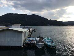 大急ぎで九十九島観光を終えたのは、牡蠣好きの夫がここ、船越町にあるマルモ水産の海上牡蠣小屋に行きたかったからです。 営業時間17:00まで。 山道をぐるぐる回ってようやく着きました。