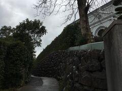 車を置いてダラダラと坂を登ると教会の屋根が見えてきました。 住宅地にある町に溶け込んでいる教会です。
