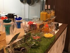 宿泊した「ほてるWBF福岡天神南」 繁華街に近く便利なためか、外国人が多かったのですが、全然違和感がなく宿泊できました。 朝食も清潔で可愛らしいディスプレイでポイントが高いビジネスホテルでした。
