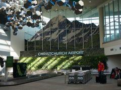 朝10時発の早割、格安チケットを購入したニュージーランド航空で、クイーンズタウンへ向かいます。(5200円) *もっと早朝だとさらに安かった セルフチェックイン機があるので、空いているのを使ってチェックインします。 日本語も対応しているので安心です。 搭乗券と荷物のタグがプリントアウトされ、預ける荷物がないので、手荷物に自分でタグを取り付けて、荷物検査⇒搭乗口へと向かいます。