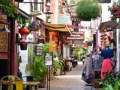 昼間のパブストリート近辺。  外国人観光客向けの飲食店が並ぶ通りはこんな感じでとってもお洒落。
