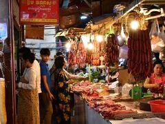 カオスな市場にたどり着きます。  市場の中に、お土産屋やら宝飾店やら食堂やら美容院やら肉屋やら八百屋やらがひしめき合っています。