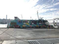 東京の竹芝桟橋から式根島へは東海汽船のジェットフォイルを使って2時間20分で到着します。 この船は4種類あるうちの一つのセブンアイランド 友でした。