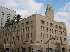 横浜税関。通称「クイーンの塔」の名で親しまれてます。キング・ジャックと比べゴツゴツしていません。昭和9年(1934年)築。高さ51m。