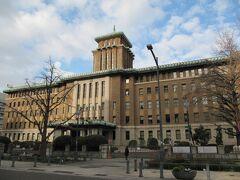 神奈川県庁。土曜日で正門は門扉が閉まってますが、少しだけ開いていて「みんなのトイレ」が開放されています。通称「キングの塔」の名で親しまれています。昭和3年(1928年)築で国登録有形文化財。高さ49m。