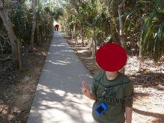 下地島の通り池にやってきました。木々の生い茂る遊歩道を進んでいきます。