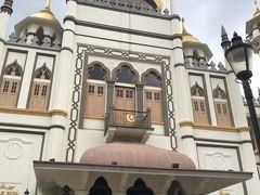 はい、こちらが、アラブ人街のシンボル、スルタンモスク。 昼過ぎはお祈りの時間だっだようで中には入れず、 イスラムに強烈な憧れがあるので、何とかして入りたく、 腹ごしらえ。