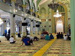 そうこうしているうちにスルタンモスクの見学時間に なりましたので、内部に入ります。  入場は無料、たくさんの観光客が訪れていましたが、 奥や2Fに入れるのは信者のみ。 イスラム寺院に入るときに気を遣うのは服装ですが、 入口に服装の良しあしを判断するおじさんがいて、 必要であれば、肌を覆う服を貸してくれます。  アラブ人街は一通り散策して、(ウォールアートが かなりエキゾチックでした)バスで次の目的地へ。  夜はナイトサファリに行きたかったので、 サファリゲートバスのチケットを買いに、 サンテックシティへ。  https://www.safarigate.com/  午後の早い時間から1時間ごとにバスが出ているみたいですが、 チケットは時間指定ではなく、席も自由席。 ナイトサファリの開場が19:15だったので、18:00のバスに 乗ることにしました。  バス自体は空いていたのですが、驚いたのが、 何と市内観光用のオープントップバスで高速道路を疾走。 初めての体験でしたが、風が気持ちよかったですね。
