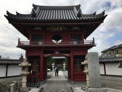 まずは駅からすぐの浄念寺へ。  この日は曇りで何を撮っても逆光気味。