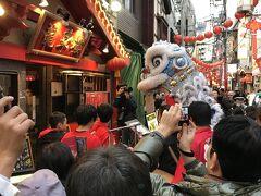 狭い市場通りで白い獅子が 龍華楼 狭いから爆竹の迫力凄し