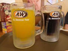 A&Wのオレンジジュースとルートビア。