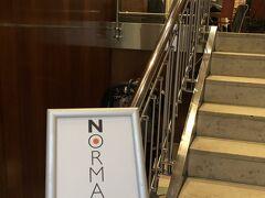 2日目朝。 ツアーにはホテルの朝食が含まれています。 パーカーホテルのレストラン、ノーマズはニューヨークで一番の人気を誇る朝食を出すことで有名らしいのです。