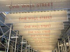 また少し北上、かの有名なウォール街です。(工事中) 昔ありましたよね、チャーリー・シーンの「ウォール街」って映画。 金融や貿易会社が集まった世界の経済の中心です。 ここに入植したオランダ人が防壁を築いたことからウォール街と呼ぶようになったそうです。