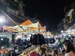 食後は、ハノイ旧市街中心部に出店する【ナイトマーケット】に行きました。