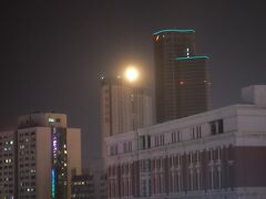 そしてよるは満月が昇りました。  本当に明るい。