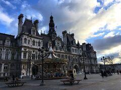 パリ市庁舎。 中にパリのお土産がそろってるとのことで行ってみたのですが全然たいしたことなくて滞在時間2分くらいでした。  スト中だからなのか。 普段からこうなのかはわかりません。  普通に市庁舎見学がいいと思います。 建物はとてもすごいです。