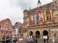 街の中心部、マルクト広場です。 市庁舎や仕掛け時計があります。  たくさんの人で大にぎわいでした!