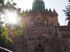 ティーローミンロー寺院  修復中ですが中は入れます。 竹で足場が組まれていてヒヤヒヤするけれど、こんな場面も面白い。 高さ46mの寺院です。