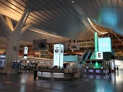 CI223便羽田空港7:55発のフライトのため、5時半くらいに羽田空港到着です。まだ人もまばら。ベンチで仮寝している方々も多くいらっしゃいます。