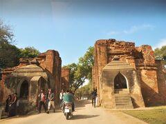 タラバー門  9世紀に築かれた分厚い城壁の門です。